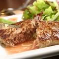 料理メニュー写真びらとり和牛とルスツもち豚のハンバーグ ~お好みのソースとトッピングで~