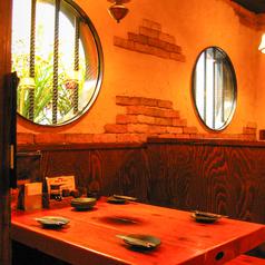 丸窓のすぐ下の4名テーブルが人気♪テーブルも大きめなのでゆったり過ごせます★
