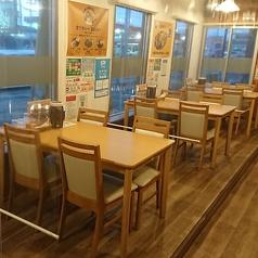 4名様がご利用頂けるテーブル席が3席ございます。お子供連れにも安心の設備あり♪ランチタイムは会社員やママ達で賑わいます。どんなシーンにも使いやすいのが魅力的!