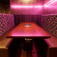 テーブル席は、4名様席は2卓、6名様席は5卓ご用意しています。デザイナー設計のフォトジェニックな空間が魅力の当店では、赤を基調にした大人っぽい空間と、ピンク色の照明が印象的な妖艶な空間の、雰囲気が異なったオープン席をご用意しています。