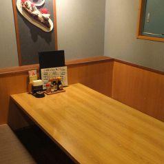 2名~6名で使えるテーブル席。個室使いが嬉しい。デート・記念日などに人気のお席