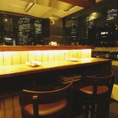 7階カウンター席。夜景デートに最適です。店内はオシャレなインテリアとそれを引き立てる照明でムード満点♪横並びのお席なので、会話もしやすく、大人気のお席です。オリジナルクラフトビールを飲みながら、シェフの絶品料理をお楽しみ下さい。