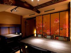 【蘭の間】高い天井の洗練された個室で、ゆったりとお過ごしください
