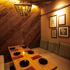 木のシャンデリアと木の壁を基調としたNaturalリゾートソファ個室♪
