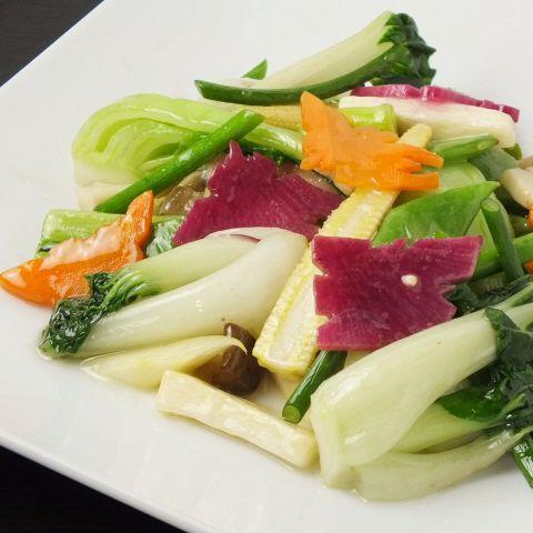 彩り鮮やかに盛り付けられた数々の料理をお楽しみください。