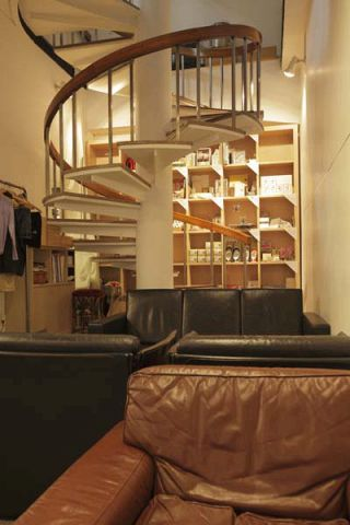ユーズド家具が配され、まるでアトリエのような店内