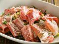 料理メニュー写真温泉玉子とベーコンのシーザーサラダ
