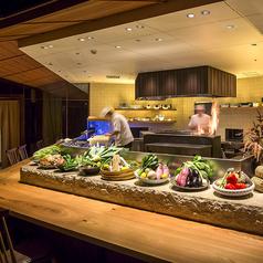紅炉庵人気のカウンター席。オープンキッチンが目の前の臨場感溢れるお席です。カウンター席ならでは!料理人の調理の様子をご覧いただけます。個室とはまた違った、華やかで大人な雰囲気を。