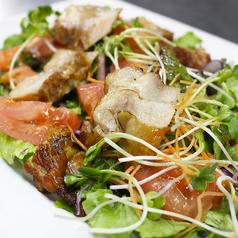 料理メニュー写真燻製鶏のトマトたっぷりサラダ