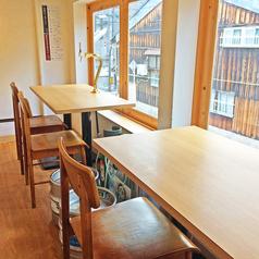 2階窓側のテーブル席。気軽に入って、気軽に座れる空間です。おひとり様からさらっとお越しください♪