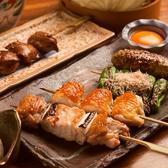 毎日、継ぎ足し続ける秘伝のタレ。醤油ベースの甘辛いオリジナルのタレに焼いた鶏肉の旨味がじっくり染み込んでおり、日々深みが増していきます。この絶品タレを使用し、焼き上げた自慢の串焼きは必食です。