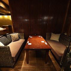 落ち着いた雰囲気のソファー4名様席です。ご友人とごゆっくりとおくつろぎいただけます。チャージ料:税込 1,080円