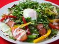 料理メニュー写真カリカリベーコンと温泉卵のサラダ