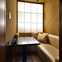 2名様用カーテン付きL字型の半個室!人気のお部屋のため、ご予約の上ご利用いただくのがおすすめです。