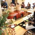 今では京都で1社しか製造していない 2つのカマドを囲んだオープンキッチンが特徴。野菜を蒸したり、ご飯を炊いたり、かまどから湯気の出る昔ながらあったかさの残る豊受レストランの雰囲気もお楽しみください。