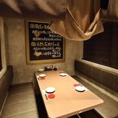 【1階 半個室】 爽鶏屋 名駅店は全席個室のご用意。掘り炬燵・テーブル席をお選び頂けます。もちろん貸切もOK!人数やシーンにあったお席をご案内致します。爽鶏屋では単品飲み放題もおすすめ!120分1800円でご提供。当店自慢のアラカルト料理とご一緒にお愉しみくださいませ★