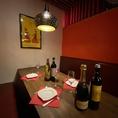 【肉バルTORO】赤を基調にしたおしゃれな店内は居心地の良い空間でゆったりとお過ごしください!店内を見渡すと鮮やかな壁がお客様のキモチも高揚!!大中小個室完備でシーンに合わせたお客様にぴったりの個室席となっております!当店でしか味わえない素敵な夜を是非お過ごしください。