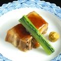 料理メニュー写真豚の角煮 (江戸川小松菜添え)