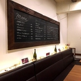 落ち着いた空間にはワインにまつわる装飾品を飾っております。
