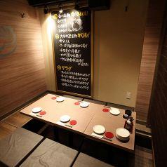 【2階 半個室】 2~12名様向けの半個室、最大45名様の宴会個室ございます。名駅徒歩3分の好立地!宴会、歓迎会、打ち上げ、デート、合コン、女子会などに!飲み放題付きの宴会コースは3500円~で飲み放題のメニューは70種類以上と充実!焼酎だけでなく果実酒・梅酒・カクテルも豊富にご用意しております。
