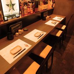 お仕事帰りにお立ち寄りいただくのに最適なカウンター席も有。厳選地酒を多数取り揃えております。