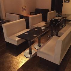 居心地の良いソファー席。※テーブルの移動・連結が可能なので大人数にも対応いたします。