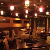 中央には、レストラン風テーブル席