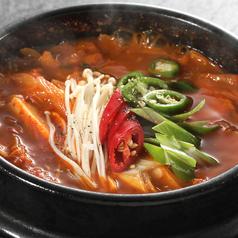 料理メニュー写真自家製キムチスンドゥブチゲ/チーズスンドゥブチゲ