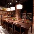 フロアに1卓だけの独立式になっている大きなテーブル席は自分たちだけの食事空間を想わせるダイニングデザイン。一つのテーブルを囲むスタイルは、自然と会話も盛り上がるディナーを演出致します。女子会や親しい仲間内との集まりに、ごゆっくりお食事をお楽しいただけるお席です。