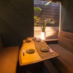半個室風の人気のテーブル席。ソファー席なのでゆったりとお食事を楽しむことが出来ます♪