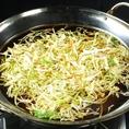 ぐつぐつ沸かした鍋に細切りした野菜を投入!