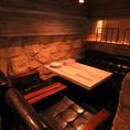 隠れテーブル席一段下がった下フロアは最大10名様までOKです♪さらに入口フロアと合わせて最大35名の着席宴会が可能です。