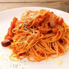 料理メニュー写真ベーコンとたまねぎのトマトソースパスタ