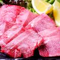 """毎日職人が手切りしているからこそ出せるこの""""厚さ""""!肉のプロが見極めた厳選したお肉を、1枚ずつ丁寧に手切りしています。口いっぱいにほおばれば、幸せが広がります…!自家製にこだわった自慢の料理の数々を、是非一度ご賞味ください♪"""