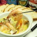 料理メニュー写真魚貝とチーズと生クリームの白いアヒージョバケット添え