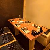 四辺がしっかりと襖で仕切る事ができますので思う存分に宴会を行ってください。個室で飲み放題や宴会は定番になってきております。個室は和のテイストとなっておりますので是非ご予約時には個室お待ちしております。6名様個室を結合して18名様まで個室で可能!≪完全個室居酒屋 鳥万作 東京八重洲店≫