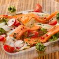 料理メニュー写真薫製サーモンと魚介のカルパッチョ