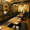 『三崎港&銚子港』は16名様までの個室となっており、ロールスクリーンで『三崎港 (~8名様)』『銚子港(~8名様)』の2つの半個室にも変更可能。さらにロールスクリーンを下ろせば、4名様×4卓の半個室にも早変わり!ご利用人数に合わせてお席をご用意致します。各種ご宴会やお食事会にも是非どうぞ。