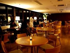 【メインフロア】丸テーブル席ディナータイムはキャンドルが灯ります。夜景を引き立てるために店内の照明は控えめにしております。
