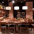 8名様までご利用になれるテーブル。家庭的な雰囲気を想わせるこちらの席は、まるで自宅にいるかの様にリラックスしてお食事をお楽しみいただけます。ご家族でのご利用や、接待などお仕事関係の方とのお食事にも最適なお席です。