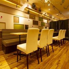 オシャレに並ぶテーブル席は、会社宴会や女子会におすすめ