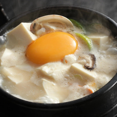 料理メニュー写真白スンドゥブチゲ/スンドゥブチゲ/テンジャンチゲ(味噌チゲ)