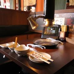 2名席のテーブルです。仕切りもあって個室風です。