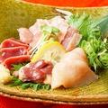 料理メニュー写真朝挽き鶏炙り造り4種盛り