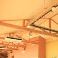 【空調もしっかり完備】高い天井に空調もあるため、煙を気にせずお食事に集中できます◎