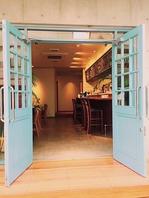 鮮やかな青い扉に広い入り口