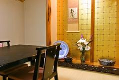 2名~イス席の和個室で、落ち着いた雰囲気の居心地の良い店内はゆっくりと食事を楽しむのにぴったり