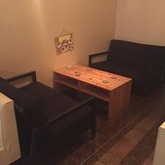 人気のソファー席です。店内一番奥で、唯一違うタイプのソファーです。ちょっとしてV.I.P.席気分を楽しめます。