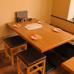 店内入って奥の席が、テーブル席となっております。各種宴会に便利な広々とした空間テーブル席ですので、ゆったりと寛げます♪寛ぎのご宴会をお楽しみ下さい。大人数での宴会や、少人数の女子会にもピッタリの宴会コースも準備しておりますので、お気軽ご連絡ください。
