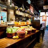 テーブル席◆地元農家で採れた新鮮野菜は店内にディスプレイしております。記念日には記念日マルシェ、メッセージカードをお付けすることも◎メッセージ付きお誕生日ケーキのプレゼントもございます!旬の野菜が並べられた鮮やかな空間で女子会、記念日、誕生日、歓迎会、送別会など各種宴会をお楽しみください!